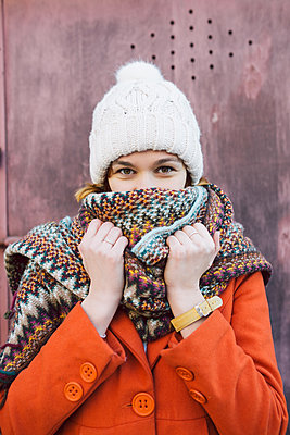 Portrait of young woman with winter hat and scarf - p1166m2193770 by Cavan Images