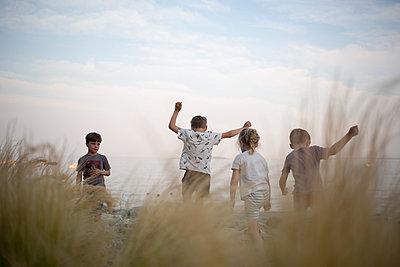 Kinder spielen am Ufer - p1308m2247511 von felice douglas