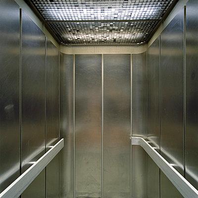Metallener Fahrstuhl - p4140155 von Volker Renner