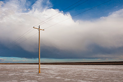 Telephone pole in remote landscape, West Desert, Utah, United States - p555m1453076 by Spaces Images