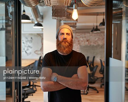 Mann steht vor Großraumbüro - p1124m1150232 von Willing-Holtz