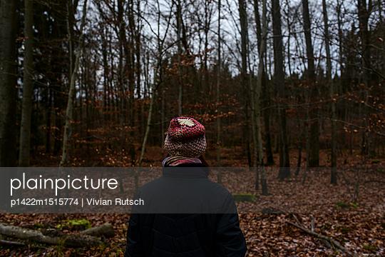 Frau im Wald - p1422m1515774 von Vivian Rutsch