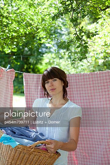Schöne Hausfrau - p454m739711 von Lubitz + Dorner