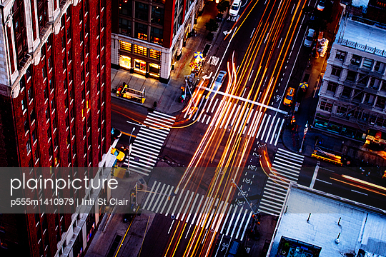 Aerial view of traffic driving on New York street, New York, United States - p555m1410979 by Inti St Clair photography