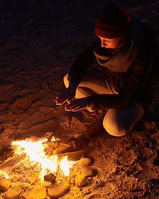 Wärmen am Lagerfeuer - p1124m1090489 von Willing-Holtz