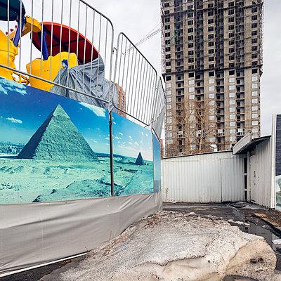 Russland, Khabarovsk, Cheops-Pyramide auf einem Plakat - p1542m2203495 von Roger Grasas
