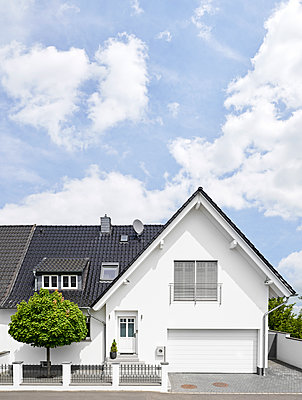 Germany, Cologne, white new built one-family house - p300m1587220 von Philipp Dimitri