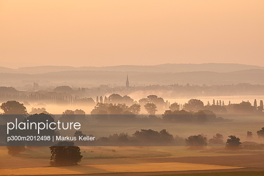 Germany, Baden-Wuerttemberg, Constance district, Radolfzell, view to Radolfzeller Aach in the morning with fog - p300m2012498 von Markus Keller