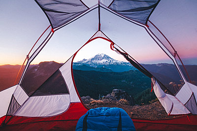 Morning view on mt. Rainier from a tent - p1166m2247266 by Cavan Images