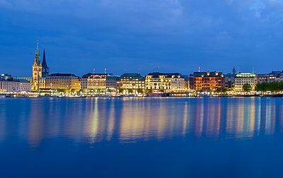 Germany, hamburg, Binnenalster, View of the city in the evening - p300m1460307 by Roy Jankowski