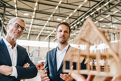 Two architects looking at model house - p586m1208554 by Kniel Synnatzschke