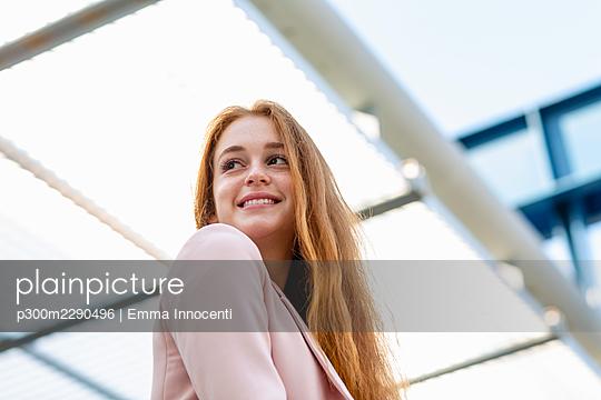 Beautiful female professional under shade at railway station - p300m2290496 by Emma Innocenti