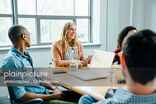 Business people in meeting - p555m1503966 by FS Productions