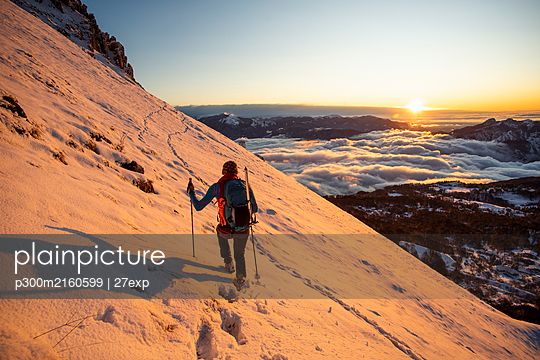 Mountaineer on the mountainside during sunrise, Orobie Alps, Lecco, Italy - p300m2160599 von 27exp
