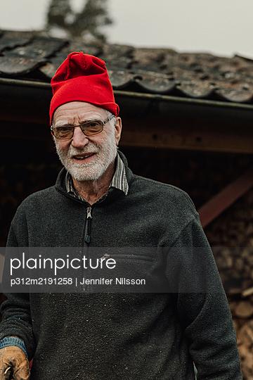 Senior man looking at camera - p312m2191258 by Jennifer Nilsson