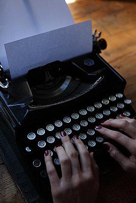 Hände tippen auf Tastatur - p045m852401 von Jasmin Sander