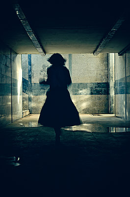Silhouette of woman running away - p577m2055191 by Mihaela Ninic