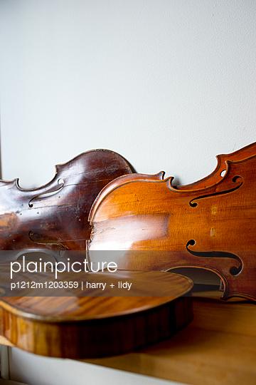 Unfertige Geigen auf dem Arbeitstisch - p1212m1203359 von harry + lidy