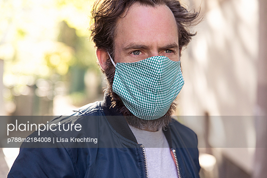 Man with mouth protection, portrait - p788m2184008 by Lisa Krechting