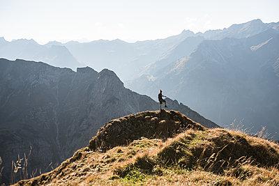 Junger Wanderer in den Bergen - p1142m2053922 von Frithjof Kjer