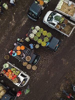 Aerial view of fruit market - p1166m2095141 by Cavan Images