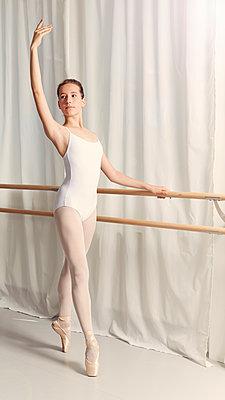 Balletttänzerin an der Stange - p1376m1222602 von Melanie Haberkorn