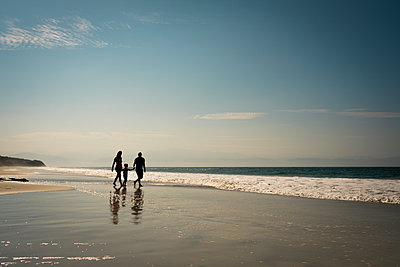 Mexico, Riviera Nayarit, family walking on the beach - p300m1417339 by André Babiak