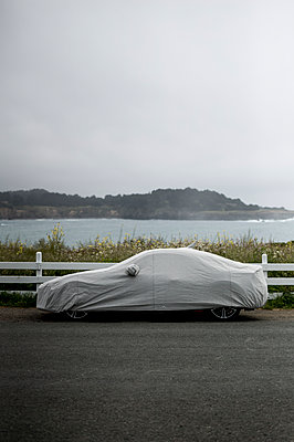 Tarpaulin over car - p552m1137975 by Leander Hopf