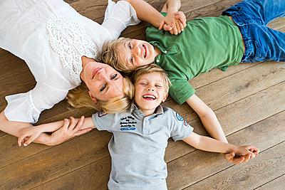 Mutter mit Ihren Jungs - p608m907572 von Jens Nieth