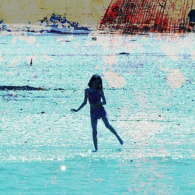 Mädchen beim Badeurlaub - p567m667613 von AURELIAJAEGER