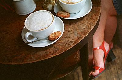 Milchkaffee und roter Schuh - p2370031 von Thordis Rüggeberg