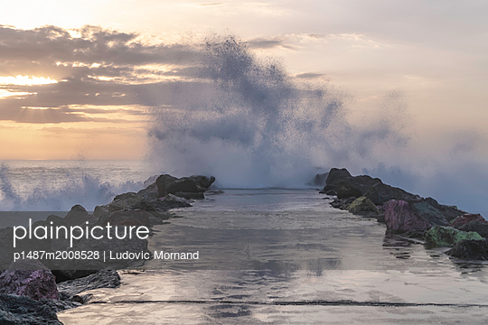 Get wet - p1487m2008528 by Ludovic Mornand