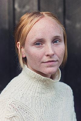 portrait of a young woman - p1323m1590471 von Sarah Toure