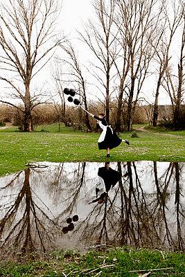 Dienstmädchen mit schwarzen Luftballons - p1521m2158321 von Charlotte Zobel