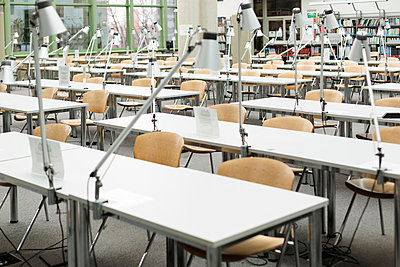 Empty reading room in a university library - p300m950184f by Westend61