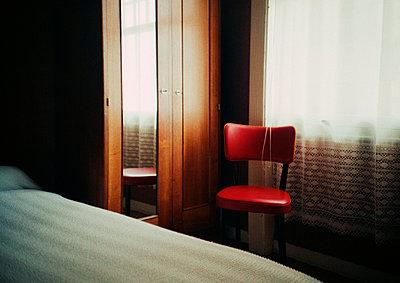 Roter Stuhl in Hotelzimmer - p3880960 von Klaus Vyhnalek