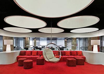 Stilvolles Büro mit Lounge - p390m1091741 von Frank Herfort