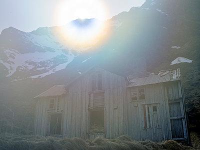 Verfallenes Haus - p945m1497422 von aurelia frey
