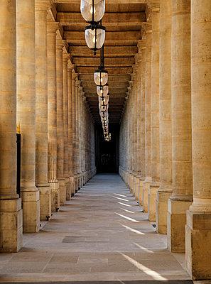 Palais Royal, arcades, Paris, France, shutdown due to Covid-19 - p1329m2177979 by T. Béhuret