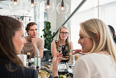 Coworkers having lunch in office cafeteria - p312m2051375 by Karl Forsberg