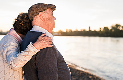 Happy senior couple on the beach at sunset - p300m1460251 by Uwe Umstätter