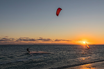 Mauritius, Le Morne, Indian Ocean, kite surfer and sail boarder at sunset - p300m2070335 by Fotofeeling