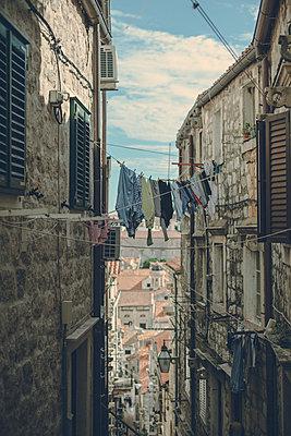 Drying the laundry in Dubrovnik - p795m2187237 by JanJasperKlein