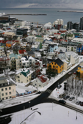 Winter view of 101 Reykjavik district from Hallgrimskirkja cathedral, Iceland - p1028m2064229 von Jean Marmeisse