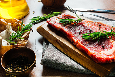 Raw veal steak ready to be cooked - p1166m2268839 by Cavan Images