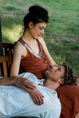 Paar auf der runden Gartenbank - p1212m1159049 von harry + lidy