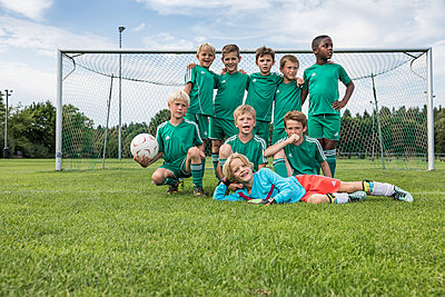 Germany, young football team, team photo - p300m2090571 by Westend61