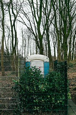 Mobile Toilette hinter einem Zaun - p586m1109843 von Kniel Synnatzschke