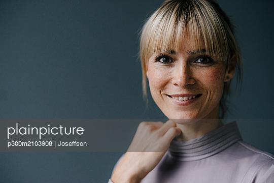 Portrait of a beautiful blond woman, smiling - p300m2103908 by Joseffson