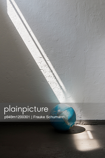Sonnenstrahl auf Globus - p949m1200301 von Frauke Schumann
